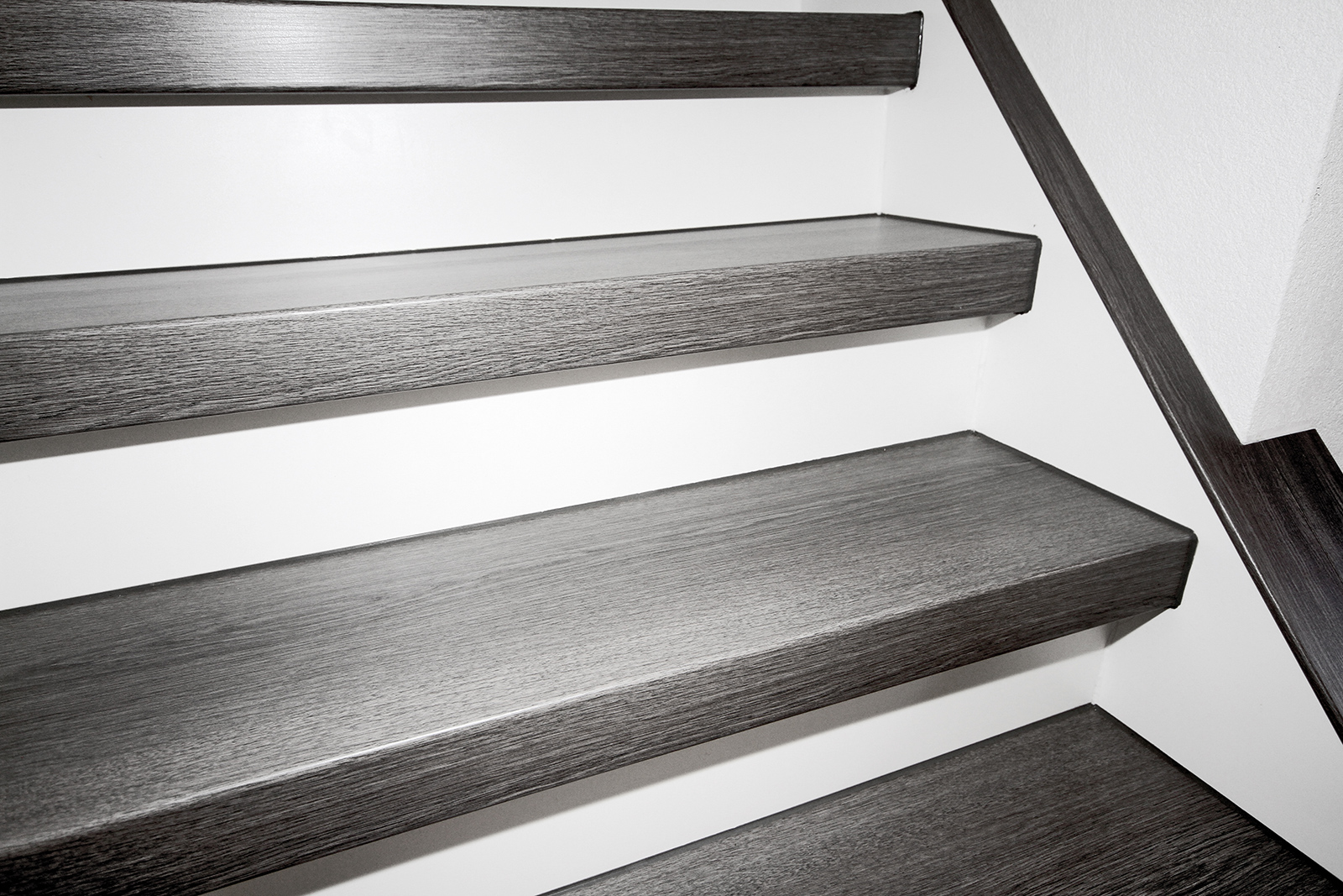 Treppengeländer Welches Holz ~ Dresden Treppenstufen mit weißem Stellbrett und Wangenverkleidung